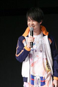 エミリアのTシャツを着て登場した小林裕介。