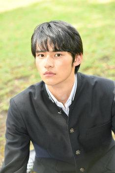 岡田健史扮する黒岩晶。(c)TBS