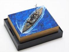 プレゼントとして用意された著者私物、戦艦「三笠」完成模型ミニジオラマ。