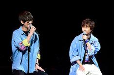 「BAKUMATSU」ステージの模様。左から桂小五郎役の江口拓也、沖田総司役の代永翼。(c)FURYU/BAKUMATSU製作委員会