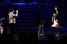 「されど罪人は竜と踊る」ステージの模様。ジェスチャーゲームをする細谷佳正と島崎信長。(c)浅井ラボ・小学館/「され竜」製作委員会