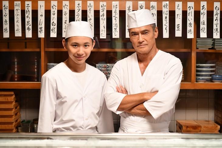 須賀健太演じる柳葉旬(左)と、渡辺裕之演じる柳葉鱒之介(右)。