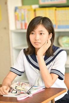 ドラマ「中学聖日記」より、小野莉奈演じる岩崎るな。