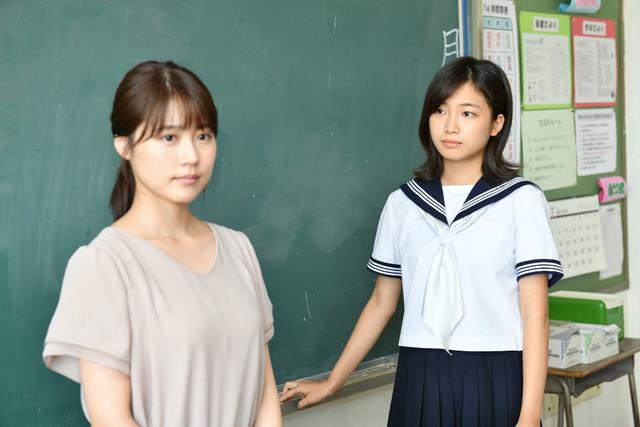 ドラマ「中学聖日記」より、有村架純演じる末永聖(左)、小野莉奈演じる岩崎るな(右)。
