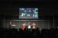 「ブギーポップは笑わない」ステージの様子。左から悠木碧、大西沙織、近藤玲奈。モニターには先行カットが映し出されている。