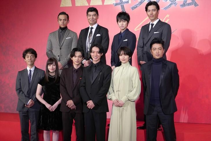 映画「キングダム」製作発表会見のフォトセッション。前列左から佐藤信介