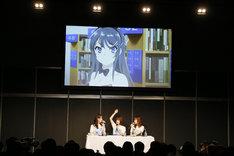 「青春ブタ野郎はバニーガール先輩の夢を見ない」ステージの様子。左から瀬戸麻沙美、内田真礼、久保ユリカ。