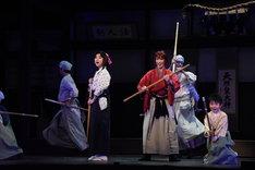 上白石萌歌演じる神谷薫(中央左)、早霧せいな演じる緋村剣心(中央右)。