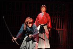 左から松岡広大演じる緋村抜刀斎(剣心の影)、早霧せいな演じる緋村剣心。