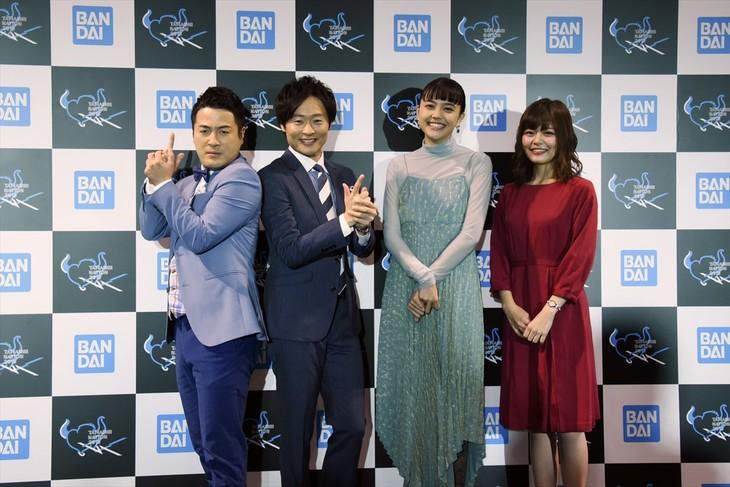 フォトセッションの様子。左から和牛の水田信二、川西賢志郎、松井愛莉、鈴代紗弓。和牛の2人は「ダグ&キリル」をイメージしたポーズを決めてくれた。