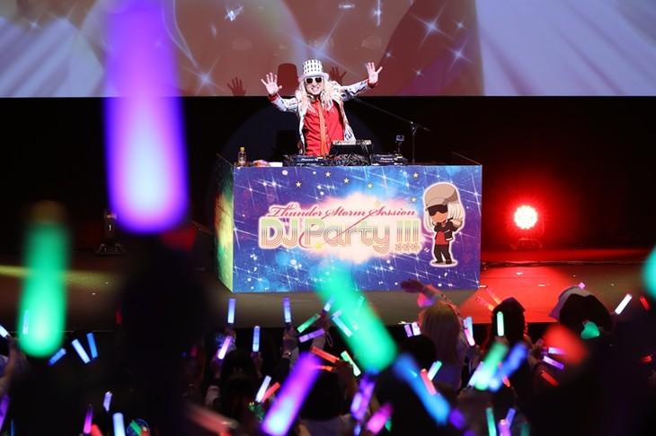 DJ KOOによるパフォーマンスの様子。