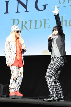 DJ KOOに教わったレッドカーペットの歩き方を再現する寺島惇太。