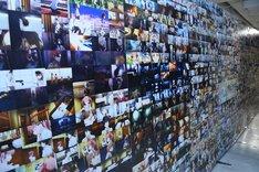 アニメの場面写真が壁一面にずらりと並ぶ。