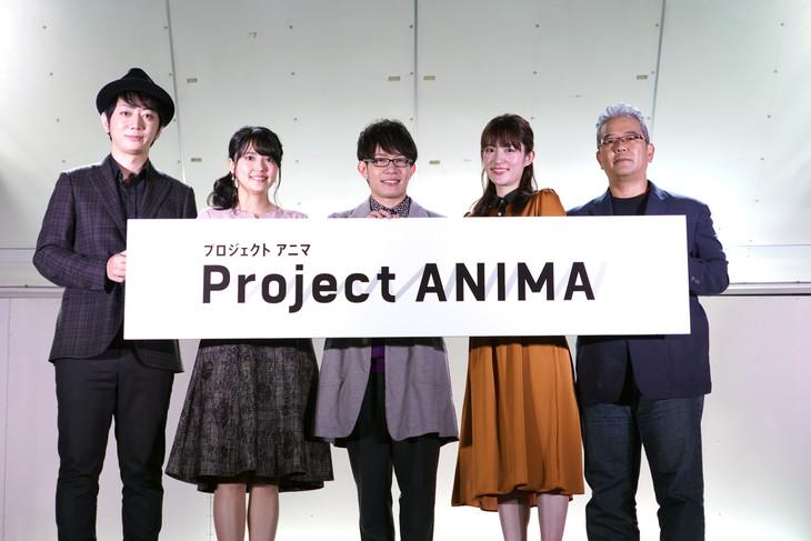 左から上町裕介総合プロデューサー、三上枝織、豊永利行、小松未可子、松倉友二チーフプロデューサー。