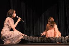 ゴジラのしっぽを撫でる上田麗奈、小澤亜李。