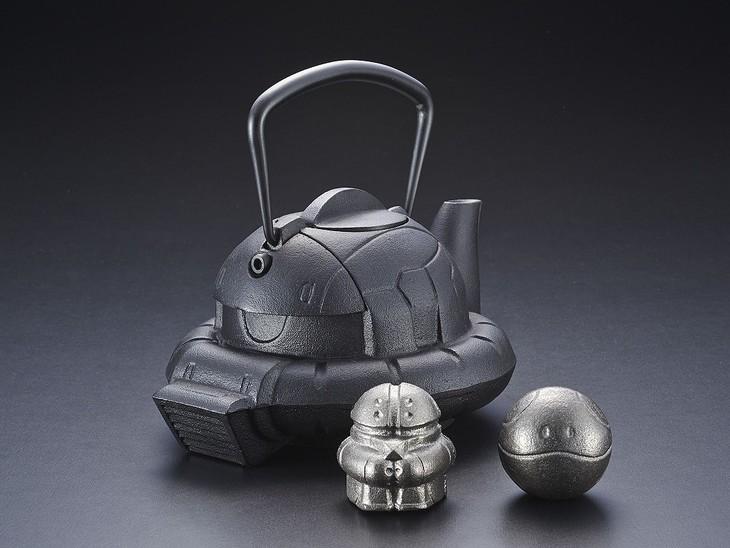 「南部鉄器 鉄瓶ZAKU」、手前左から「南部鉄器 鉄魂アッガイ」「南部鉄器 鉄魂ハロ」。