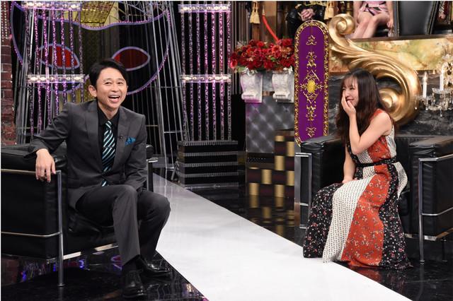 左から有吉弘行、板野成美。 (c)日本テレビ