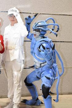 左から白血球(好中球)役の和田雅成、肺炎球菌役の馬場良馬。