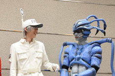 仲が良さそうに語り合う白血球(好中球)役の和田雅成、肺炎球菌役の馬場良馬。