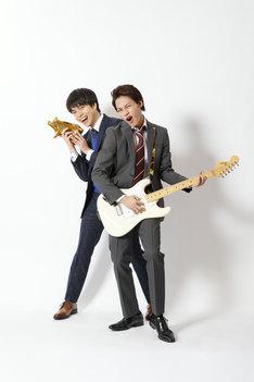 松本タカオ役の上田竜也(右)、稲葉コウタ役の重岡大毅(左)。(c)NTV・J Storm