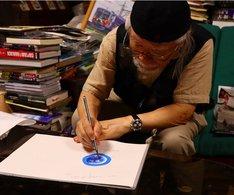 「U1000.S MOTHER EARTH」と「U1.S.E MOTHER EARTH」に用いた地球のイラストを描く松本零士。