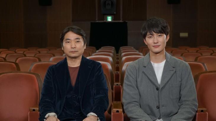 左から石田彰、岡田将生。