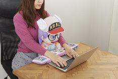 「PCクッション Dr.スランプ アラレちゃん」の使用イメージ。