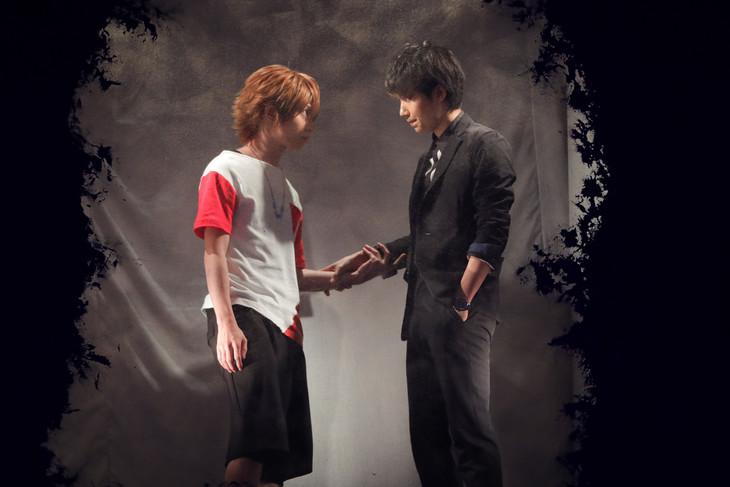 「『pet』-壊れた水槽-」ゲネプロの様子。左から植田圭輔演じるヒロキ、桑野晃輔演じる司。