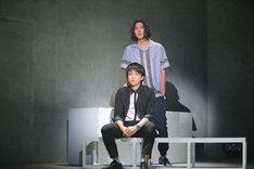 上から伊勢大貴演じるロン、桑野晃輔演じる司。