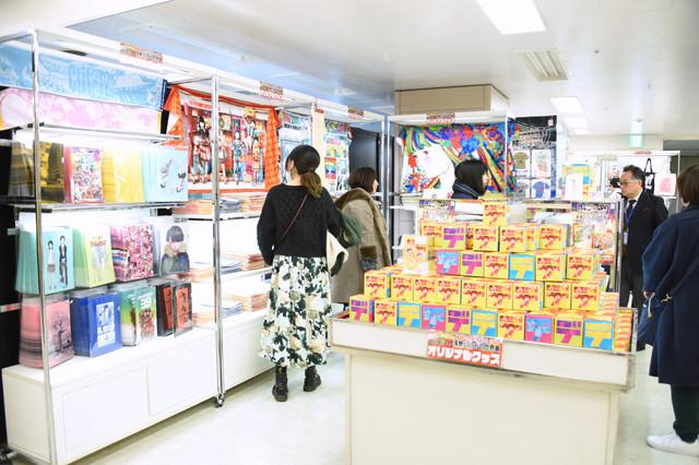 「画業20周年記念企画 浅野いにおの世界展~Ctrl+T2~」物販ブース。
