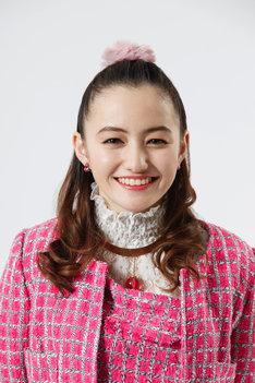 椎名リン役のアヤカ・ウィルソン。