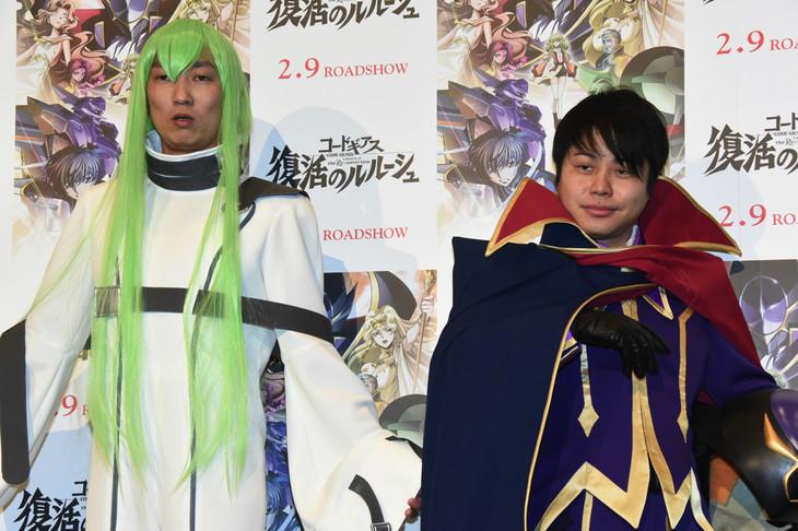 「コードギアス 復活のルルーシュ」の完成披露舞台挨拶の様子。左からNON STYLEの石田明と井上裕介。