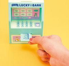 「タッチ認証!ATM型貯金箱」の使用イメージ。