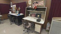 埼玉・手塚プロダクションにある手塚治虫の仕事場の様子。作業机は左がマンガ用、右がアニメ用。(写真提供:NHK)