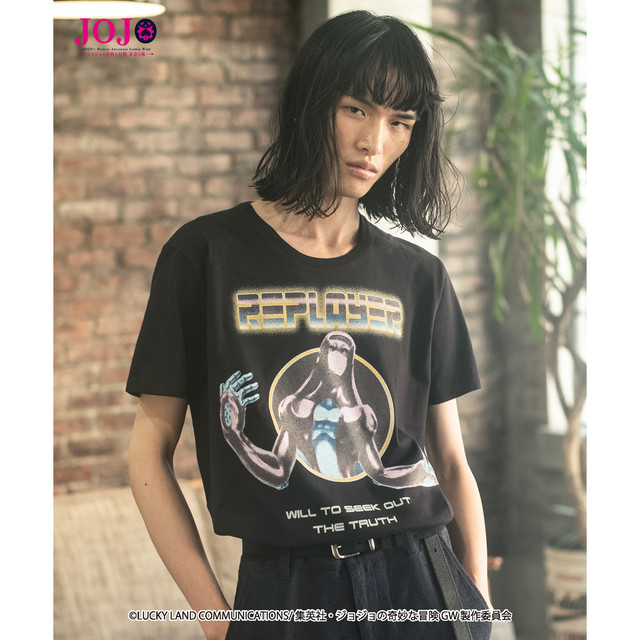 「ジョジョの奇妙な冒険 黄金の風」をモチーフにしたファッションアイテムの着用イメージ。