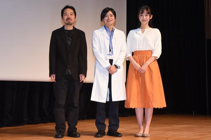 左から蜂須賀健太郎監督、下野紘、井桁弘恵。下野と井桁は劇中の衣装を身につけて登壇した。
