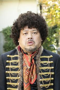 TVドラマ「節約ロック」より、くっきー扮するロックの神様。