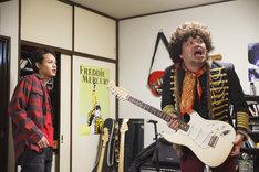 TVドラマ「節約ロック」より、上田竜也演じるタカオ(左)と、くっきー演じるロックの神様。