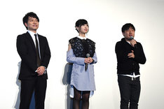 左から宜野座伸元役の野島健児、霜月美佳役の佐倉綾音、塩谷直義監督。