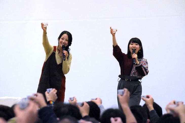 (左から)お猪口を手にファンと乾杯をする伊藤静と東山奈央。