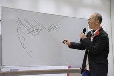 アニメと原作のしろがねの目の違いを描く藤田和日郎。隣では「違いを描いてみてよ」と振った島本和彦が、iPadでアニメのしろがねの画像をこっそりと観客に見せていた。