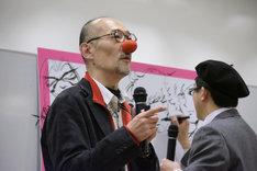 富士鷹ジュビロの鼻を付ける藤田和日郎。