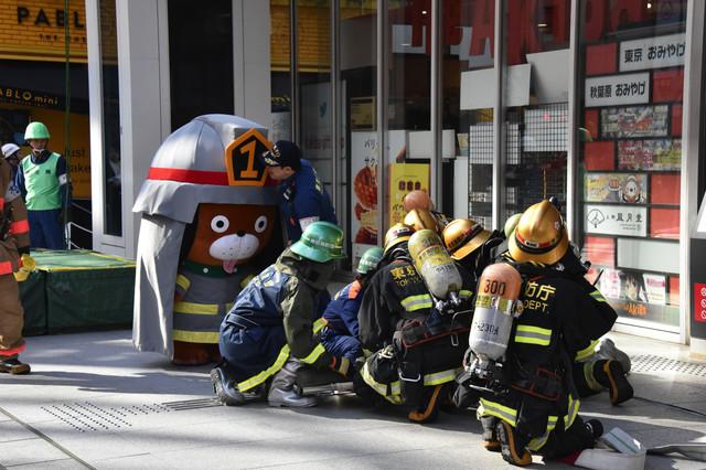 運び出される救助者と、それを見守るレス君。