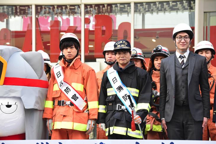 消防演習の様子。中央左から梶原岳人、中井和哉。
