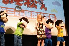 「Good Goodbye」を歌うDream Amiと、盛り上げる6つ子たち。
