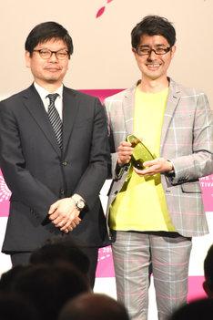京極義昭監督(左)。