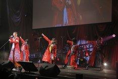 「特攻DANCE~DAWN OF THE BAD~」を披露するフランシュシュのメンバー。