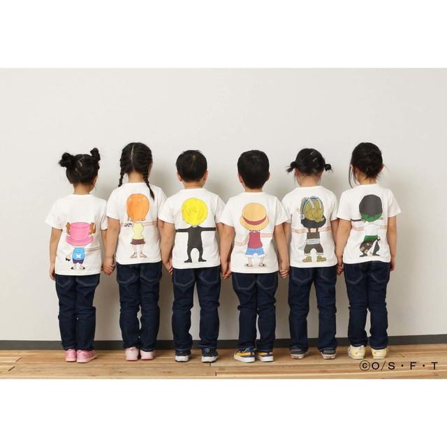 「ONE PIECE」と「つながるTシャツ」によるコラボアイテムの着用例。