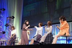 久美子と秀一のアフレコ後の様子を再現するキャスト一同。