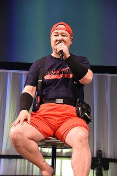 自身が演じるバリスをイメージした服装で現れた稲田徹。